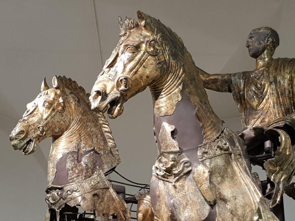 I bronzi di Cartoceto - dettaglio dei cavalli e del cavaliere