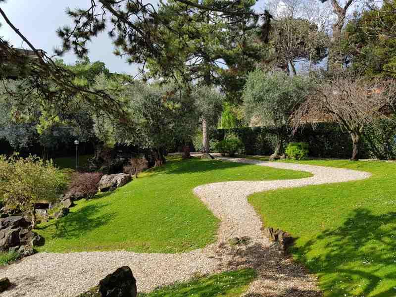 Il sentiero del giardino dell'istituto giapponese di roma
