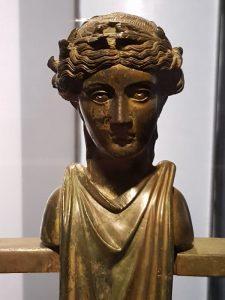 Erma bifronte di menade della balaustra bronzea proveniente dalla seconda nave nel museo Palazzo Massimo a Roma