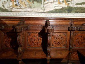 Dettaglio degli stalli lignei intarsiati su disegno di Giuliano da Sangallo