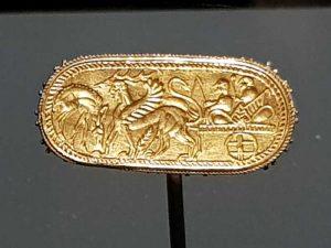 Bague: char tiré par un cerf et un sphinx, monté par deux personnages barbus, 550-500 a.C.
