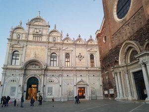 La facciata della Scuola grande di San Marco e, a destra, quella della chiesa dei santi Giovanni e Paolo