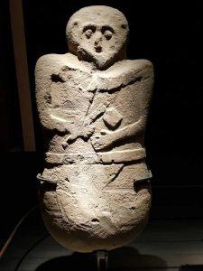 Statua stele maschile di tipo C con ascia, cintura e perizoma