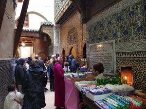 Fedeli attorno alla moschea Karaouine, Fes