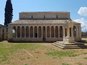 Abbazia di Santa Maria di Cerrate, portico e pozzo