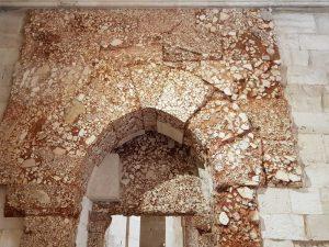 Castel del Monte, sala a piano terra - dettaglio di portale in breccia corallina