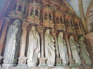 Le statue degli apostoli nell'atrio della chiesa