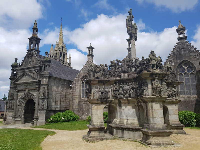Calvario e chiesa