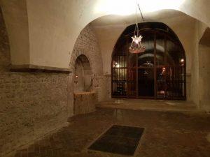 Pozzo dei Santi Forti nell'abside. Cattedrale di Chartres