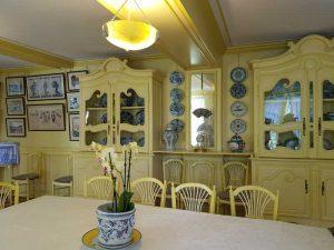 Cineserie e stampe giapponesi alle pareti della sala da pranzo, gialla, di casa di Monet