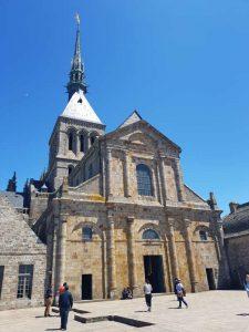 Chiesa abbaziale e suo sagrato, con la piattaforma delle tre campate abbattute