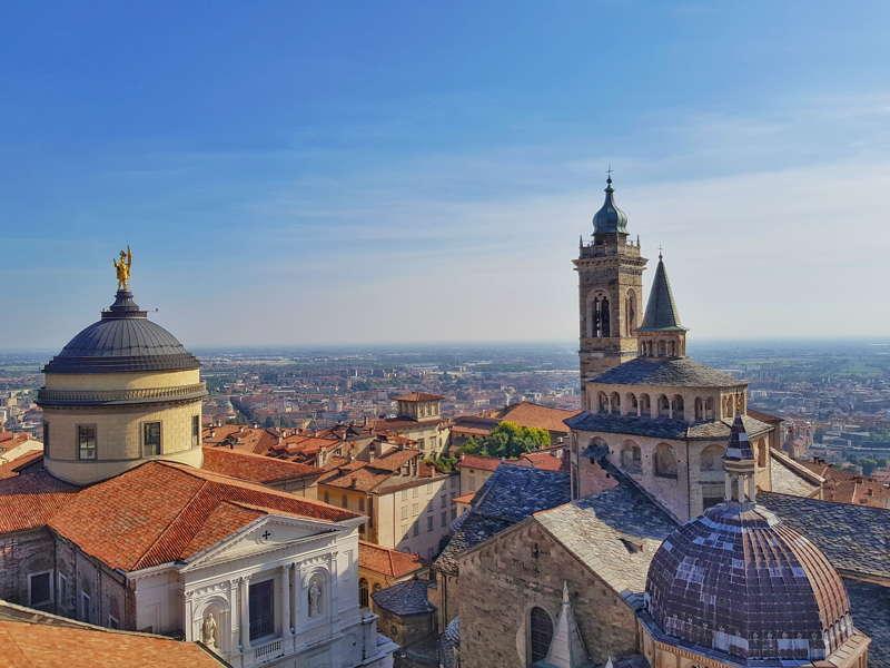 Visitare Bergamo. La vista del Duomo e della basilica di santa Maria Maggiore dalla Torre Civica