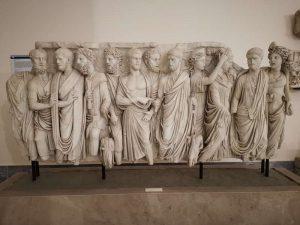 Sarcofago con togati e scena nunziale - Cortile