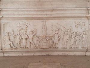Tempietto del Bramante, bassorilievo dell'altare maggiore