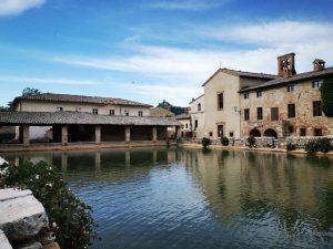 La vasca di Bagno Vignoni, con il loggiato e la chiesa di san Giovanni Battista