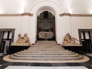 Scalone monumentale. Ai lati, statue di Oceano della Collezione Farnese. Museo Archeologico di Napoli