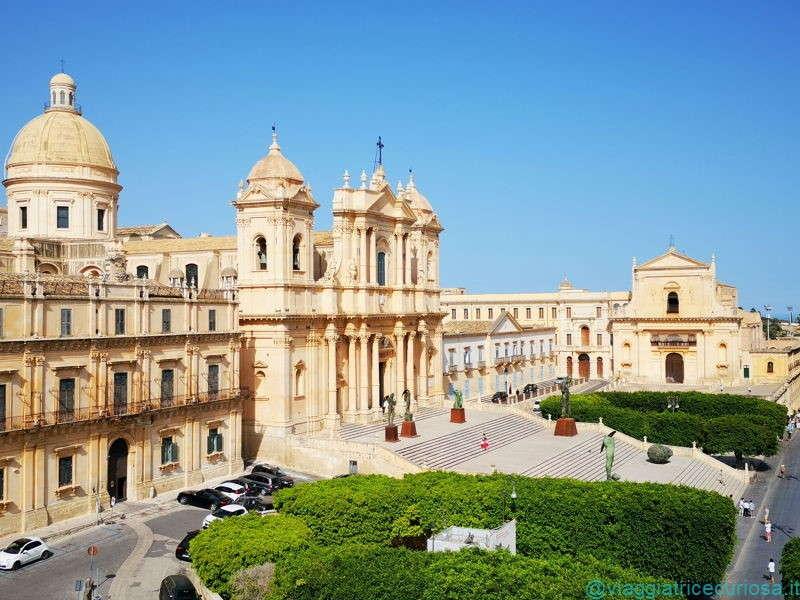 Piazza del Municipio, con la cattedrale e in fondo la chiesa del Santissimo Salvatore. Chiese e palazzi di Noto